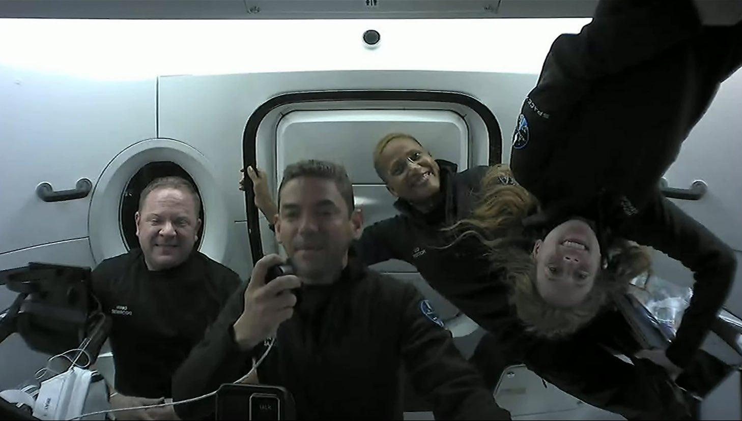 L'equipaggio di Inspiration4 durante un collegamento con la Terra. Credits: SpaceX