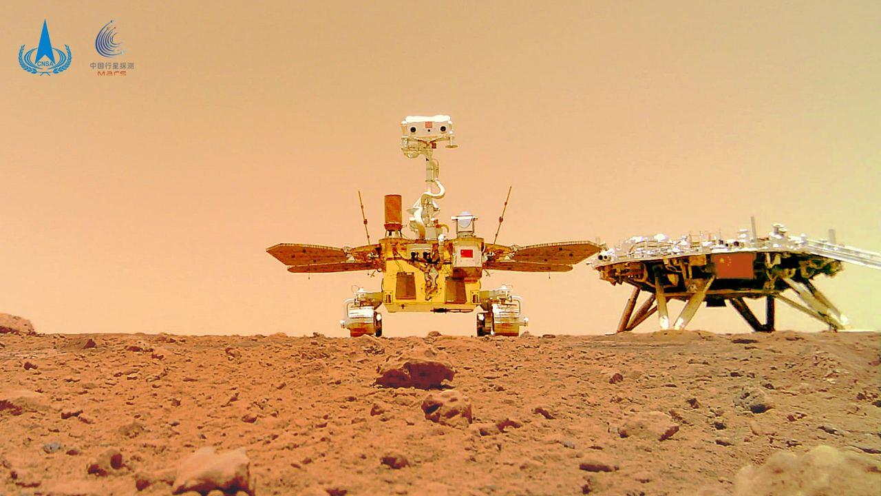 La foto scattata dalla camera rilasciata sulla superficie di Marte dal rover cinese. Credits: CNSA