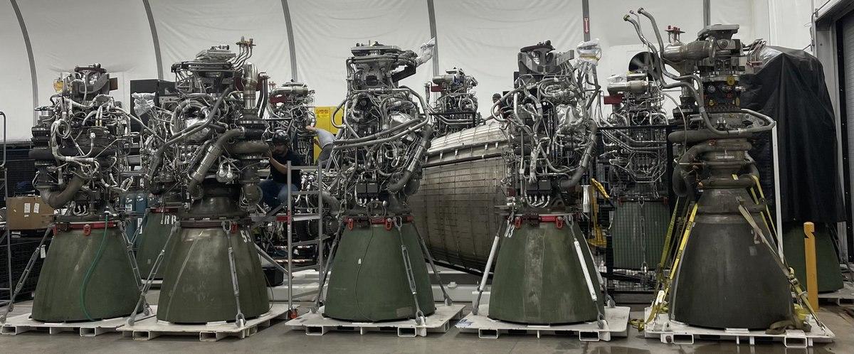 Alcuni Raptor fotografati da Elon Musk. Quello più scuro a destra è stato usato su Starship SN5 per il volo. Sul retro si intravede l'ugello di un RVAC. Credits: Elon Musk.