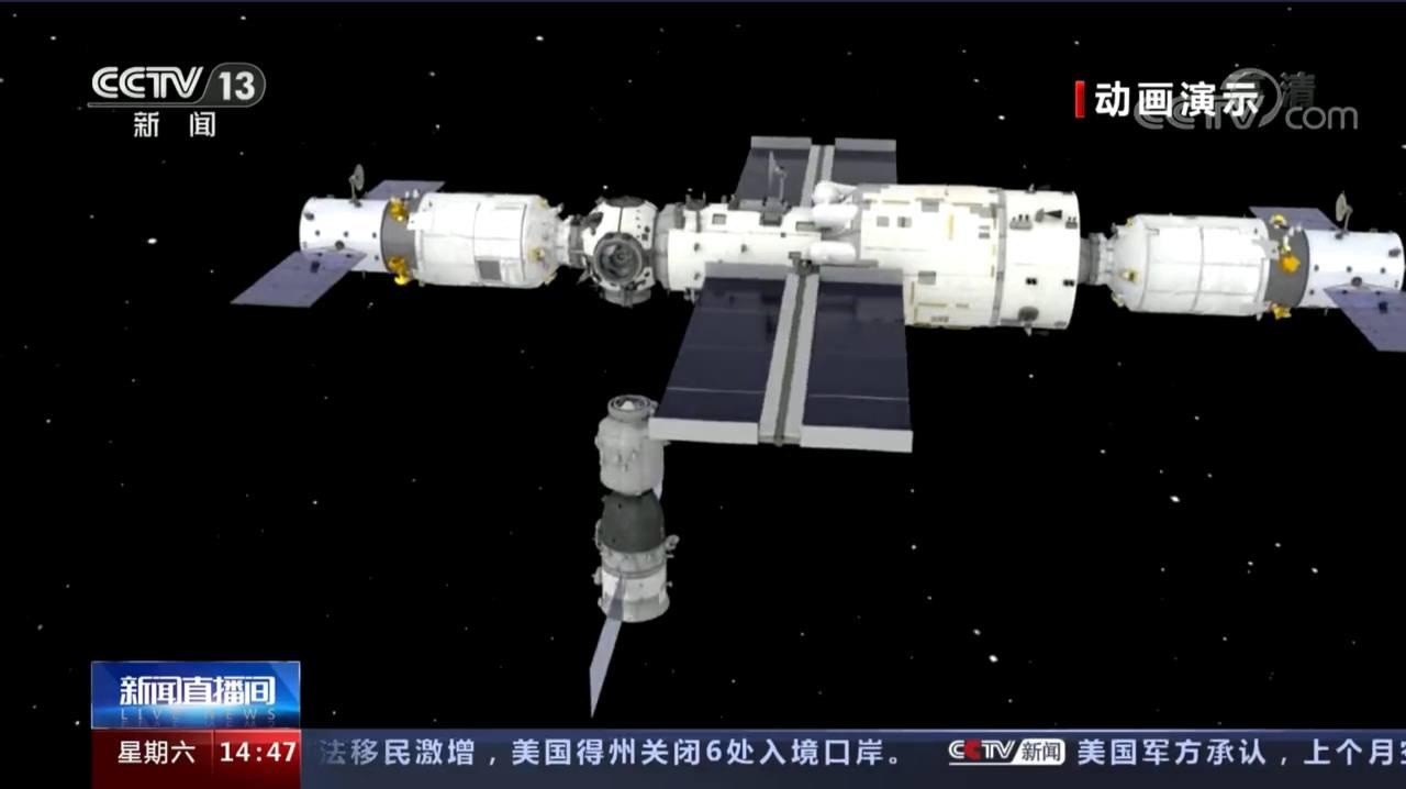 Un render della stazione cinese nella configurazione che avrà fra qualche settimana. A sinistra la capsula cargo Tianzhou-2 a destra la capsula cargo Tianzhou-3 in basso la capsula Shenzhou-13. Credits: CCTV