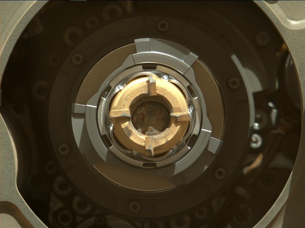 Una delle prime foto scattate il 1 settembre. Si vede all'interno della trivella il campione, dal diametro poco maggiore di quello di una matita. L'anello color rame è il trapano, al suo interno si intravede il numero 266 posto sul contenitore. Credits: NASA/JPL-Caltech/ASU/MSSS