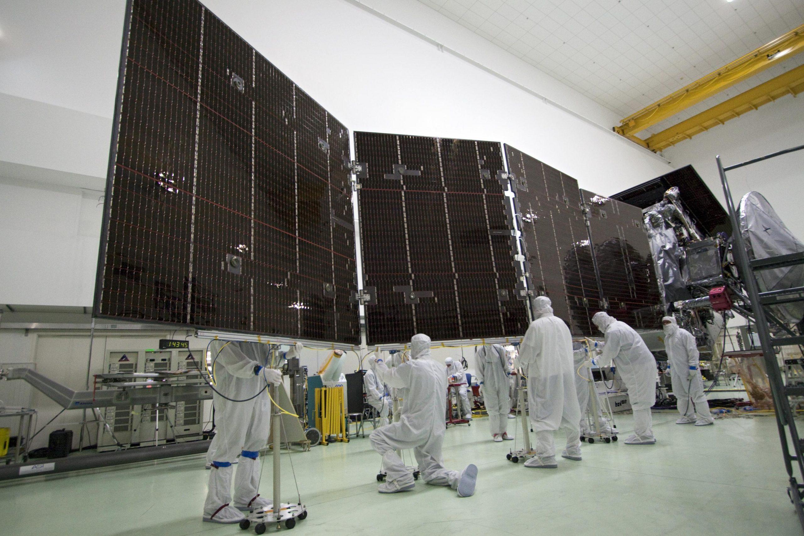 I pannelli solari della sonda Juno durante dei test a terra primo del lancio. Questa foto risale al 2011. Credits: NASA