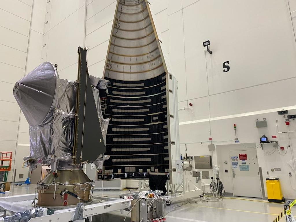 La sonda Lucy durante l'integrazione con il fairing del vettore Atlas V. Credits: ULA
