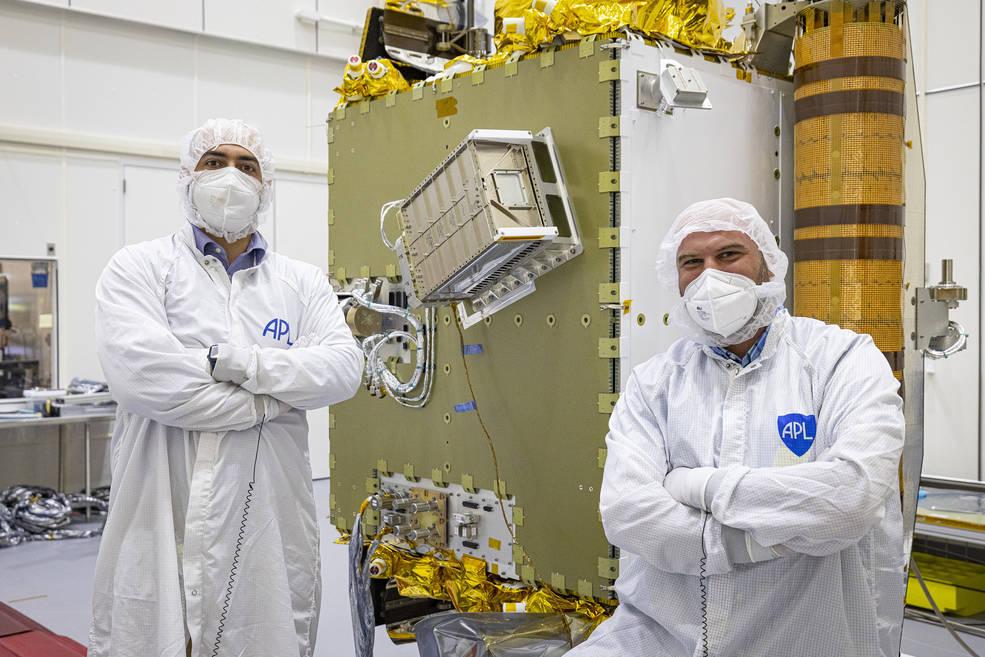 Gli ingegneri Alessandro di Paola (a sinistra) e Silvio Patruno (a destra) dell'Agenzia Spaziale Italiana, assieme alla sonda DART e al satellite LICIACube. Credits: NASA/Johns Hopkins APL/Ed Whitman