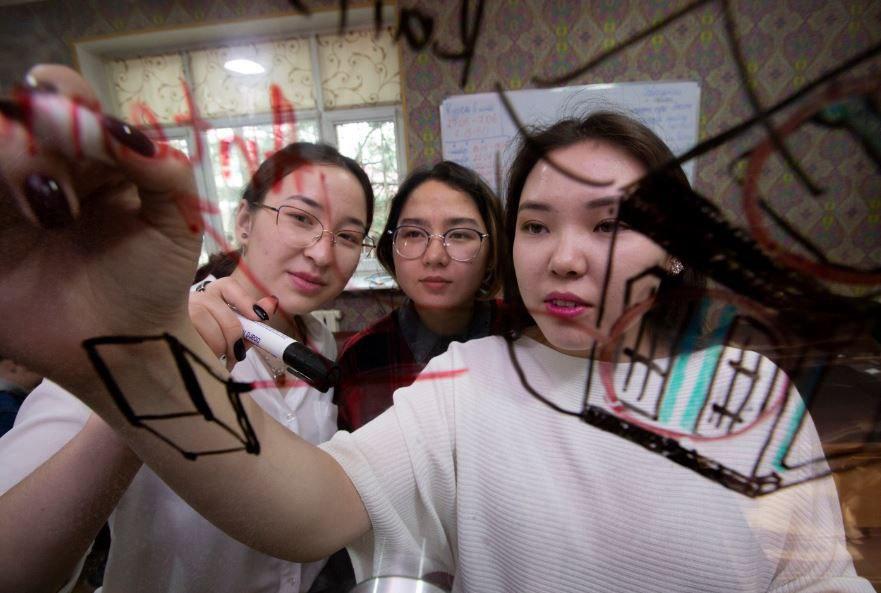 Kyzzhibek (sulla destra) discute del progetto con le sue colleghe Aidana Aidarbekova (al centro) e Aizada Karataeva.