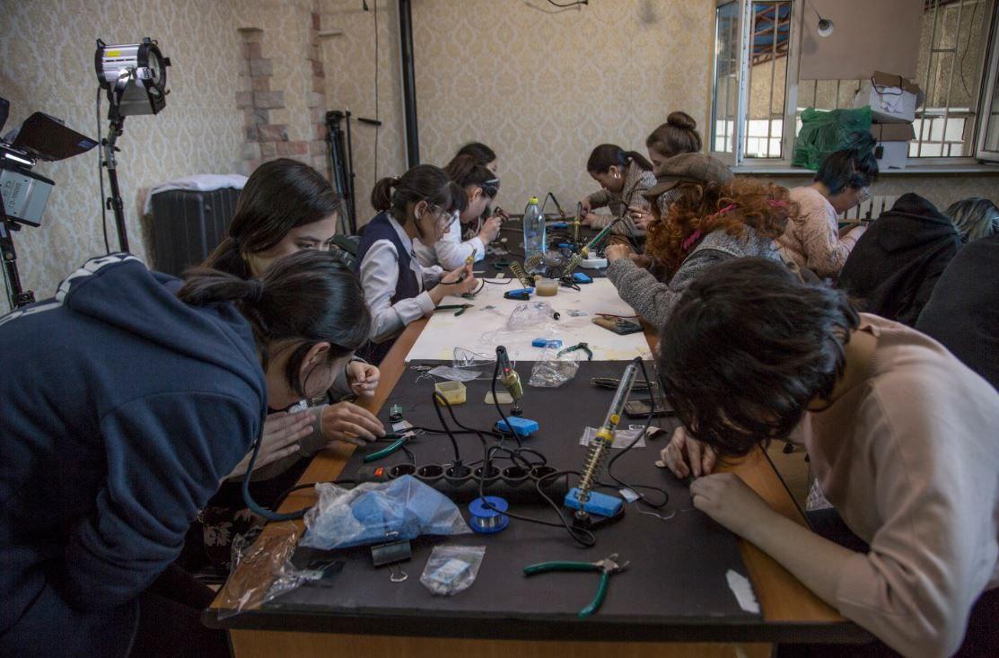 Il team quasi al completo durante una delle sessioni di training di laboratorio in Kirghizistan. Credits: Kyrgyz space program